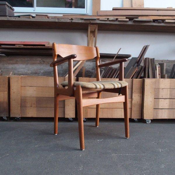 比較的軽量&コンパクトで扱いやすいアームチェア Teak Arm Chair