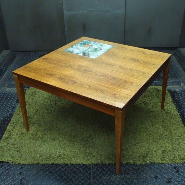 青とも緑ともなんとも言えないカラーのタイルに引き込まれます。 Rosewood Tiletop Coffee Table
