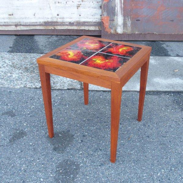 まるで炎のような赤が飛び込んでくるタイルのデザイン。 Teak Tiletop Side Table