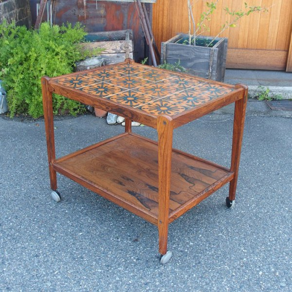 オレンジのレトロなデザインのタイルが素敵 Tiletop Wagon Table