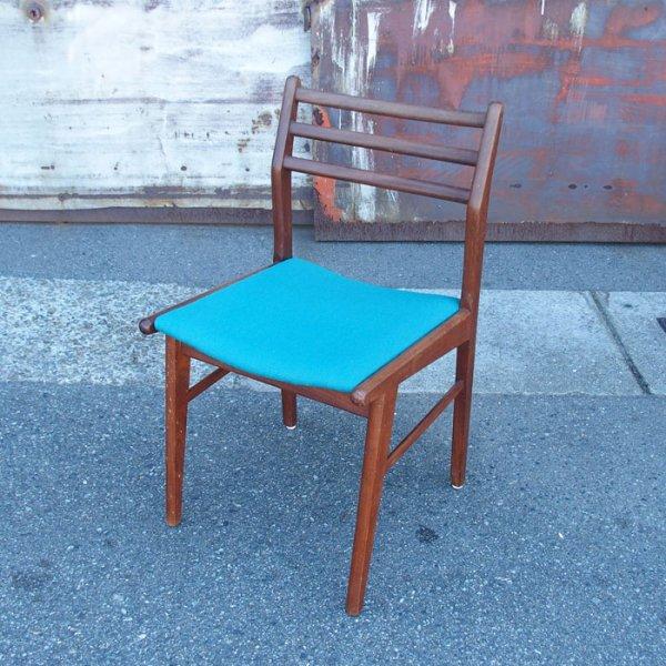 濃いチークのフレームにターコイズブルーが◎ Teak Dining Chair