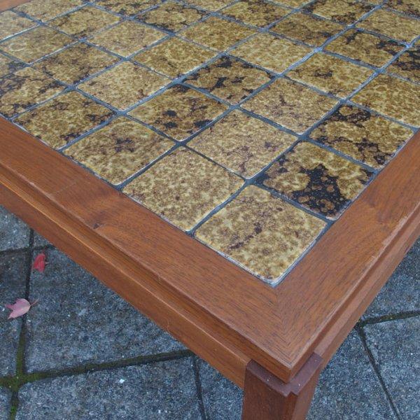 タイルだけでなく、木部のデザインにもこだわりのつまった一台! Teak Tiletop Coffee Table