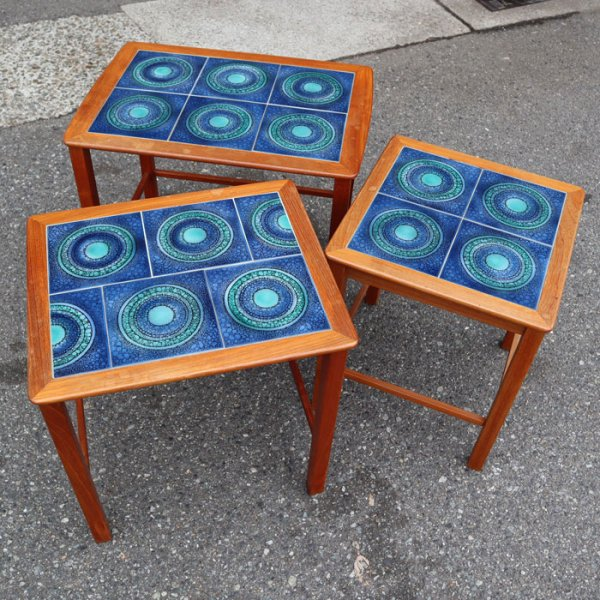 美しいブルーグラデーションタイルが素敵な3台セットのネストテーブル! Teak Tiletop Nesting Table