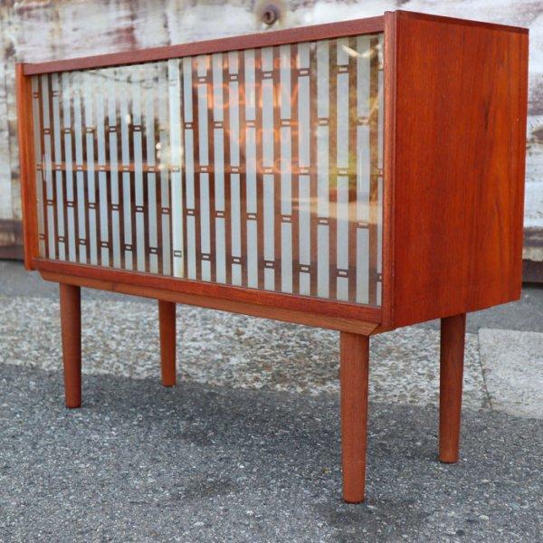 ガラス引き戸が珍しいコンパクトキャビネット。木口デザインも素敵! Teak Cabinet