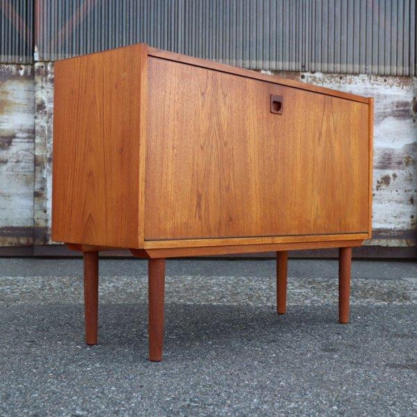 シンプルな見た目、収納内部の棚板シェイプがワンアクセント! Teak Cabinet
