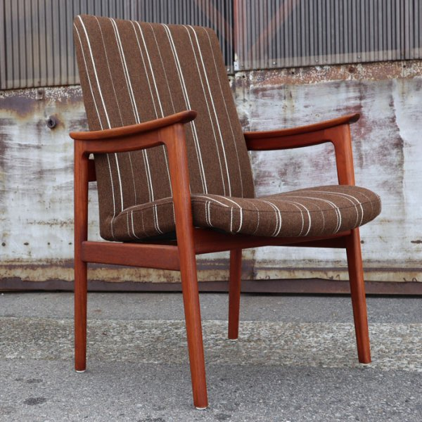 肉厚のチークのフレームとウールの組み合わせが◎ Teak Arm Chair