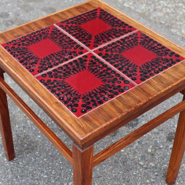 鮮やか!の一言につきるレッドのタイルが素敵。 Rosewood Tile Top Table