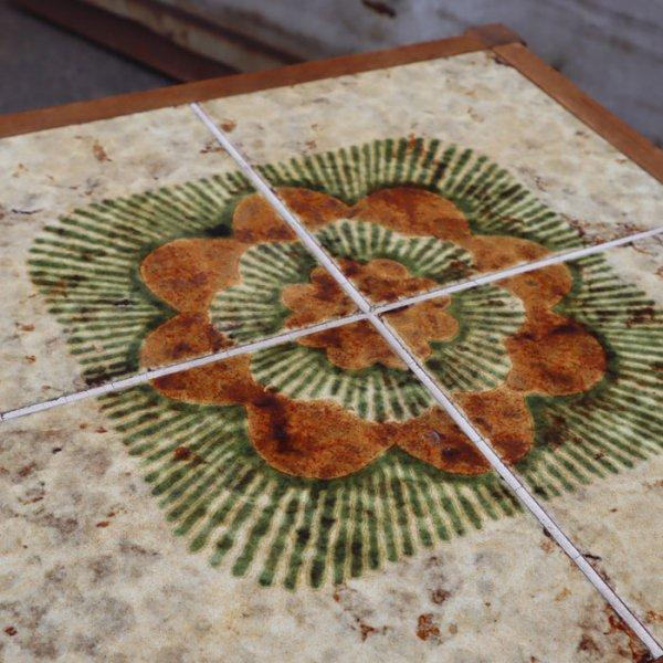 オーク材にやわらかい色のタイルがかわいらしテーブルです。 Oak Tile Top Table
