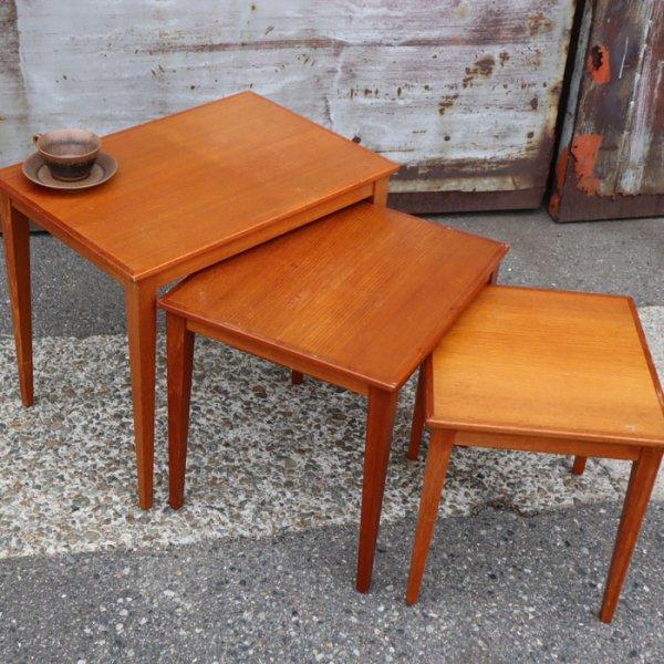 シンプルですっきりとしたデザインにより引き立つチークの美しさ。 Teak Nesting Table