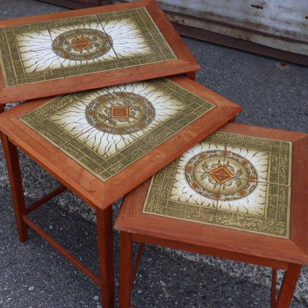 紋章のようなデザインのヴィンテージタイルが印象的。 Teak Tile Top Nesting Table