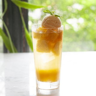 『LE COFFRET DE COEUR - 白金本店』マンゴーとパイナップルのトロピカルスカッシュ〜パッションマンゴーソルベ添え〜