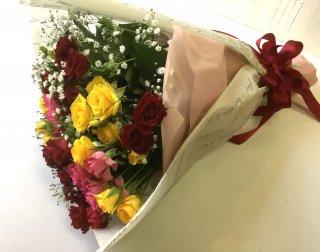 伊豆市・伊豆の国市無料配達商品(一部除外地域あり)「ミックス色スプレーバラとカスミソウの花束
