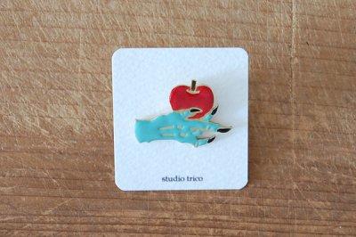 studio trico / ふるやともこ ピンブローチ 手と毒リンゴ