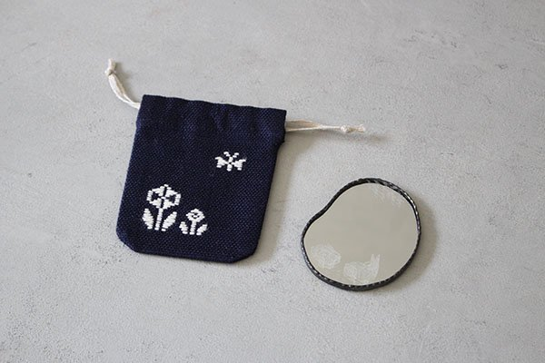 〇弘前こぎん研究所×雪ガラス 削りのミラーと巾着 雪ウサギ 【削りのミラーと巾着セットの3種類の中から、お一人様一点まで】