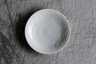 白磁 陽刻牡丹文5.5寸皿