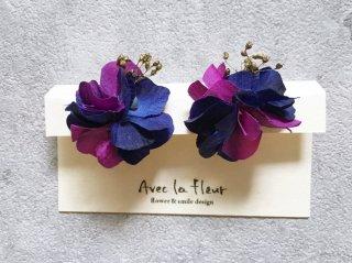 花ボンボンパールキャッチピアス(ブルー&パープル)