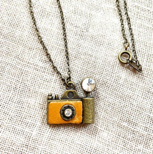 フラッシュカメラ(茶)モチーフのネックレス