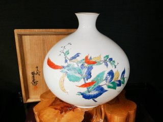 【人間国宝】十三代柿右衛門作 濁手豆葉文 花瓶