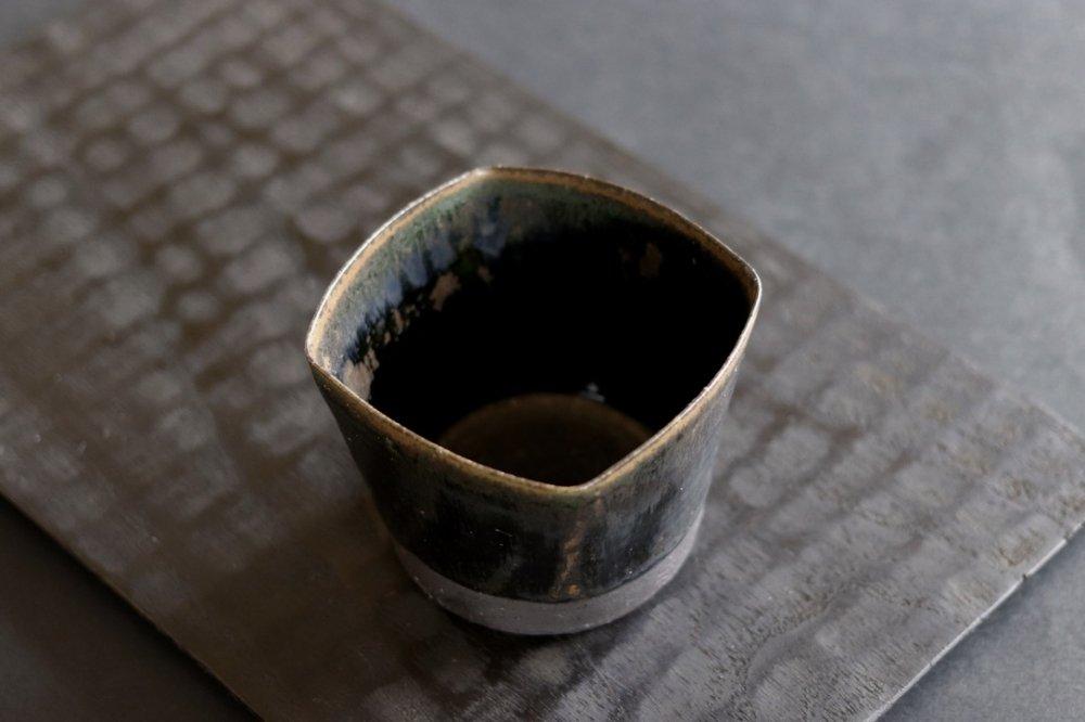 黒木泰等 鉄黒釉  四角ロックカップ