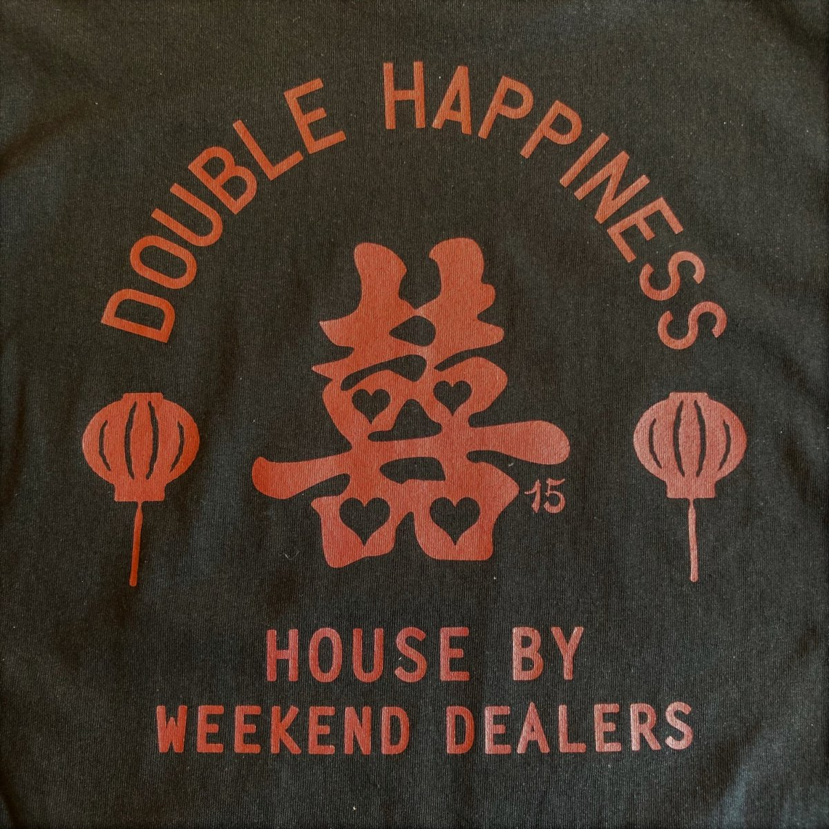 <img class='new_mark_img1' src='https://img.shop-pro.jp/img/new/icons3.gif' style='border:none;display:inline;margin:0px;padding:0px;width:auto;' />Black Weirdos × HOUSE by WEEKEND DEALERS 15th ANNIVERSARY Tee 【BLACK】