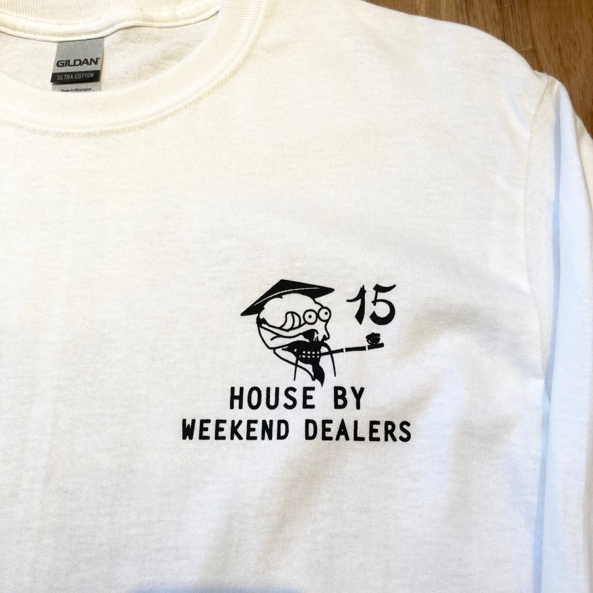 <img class='new_mark_img1' src='https://img.shop-pro.jp/img/new/icons3.gif' style='border:none;display:inline;margin:0px;padding:0px;width:auto;' />Black Weirdos × HOUSE by WEEKEND DEALERS 15th ANNIVERSARY LSTee 【WHITE】