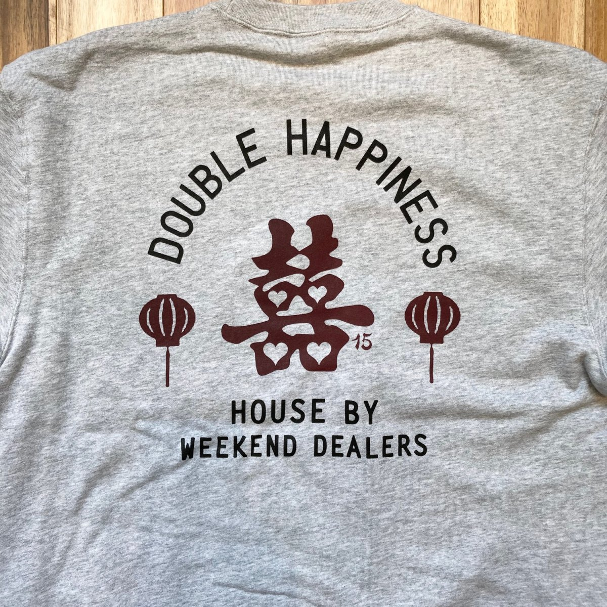 <img class='new_mark_img1' src='https://img.shop-pro.jp/img/new/icons3.gif' style='border:none;display:inline;margin:0px;padding:0px;width:auto;' />Black Weirdos × HOUSE by WEEKEND DEALERS 15th ANNIVERSARYCREW NECK SWEAT 【GRAY】