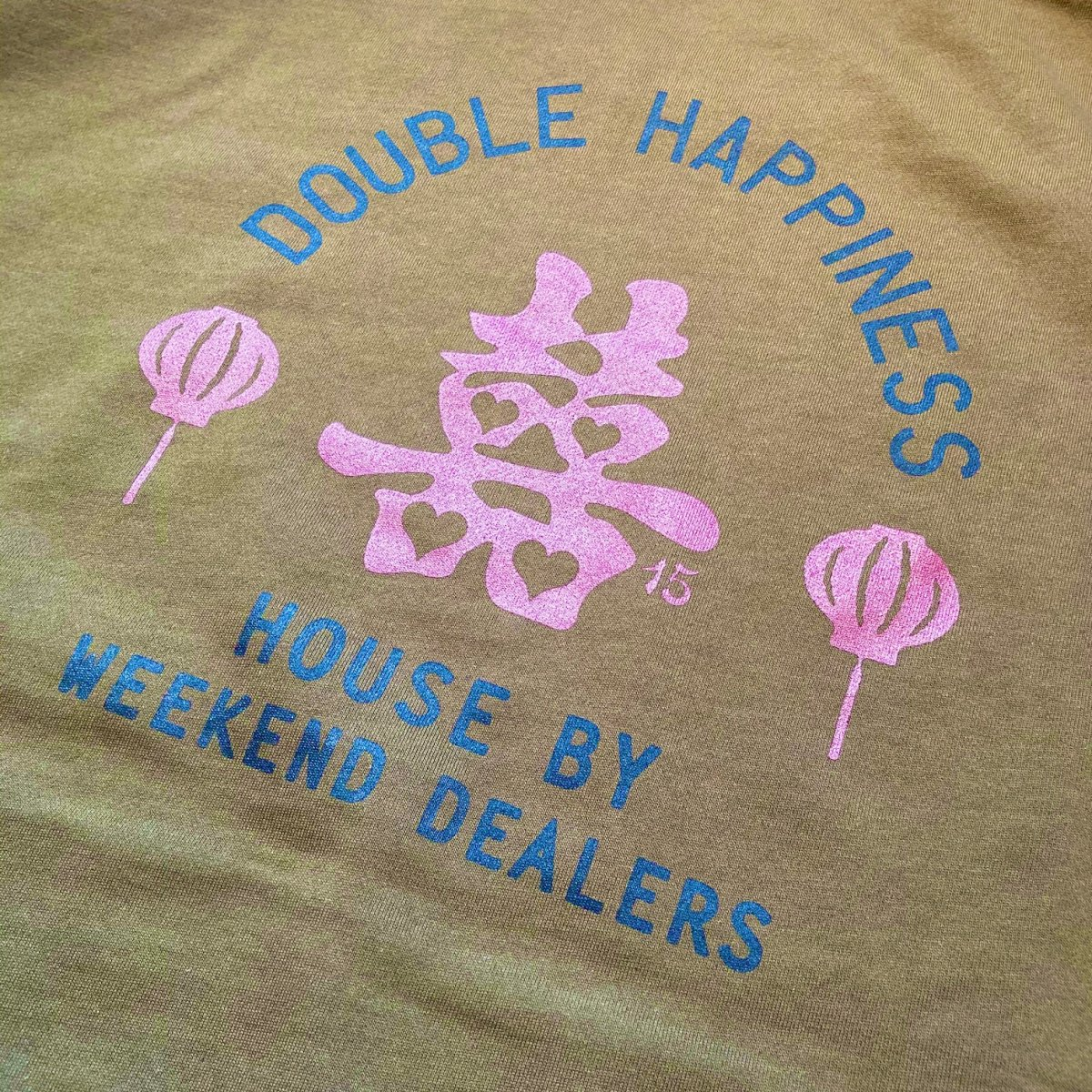 <img class='new_mark_img1' src='https://img.shop-pro.jp/img/new/icons3.gif' style='border:none;display:inline;margin:0px;padding:0px;width:auto;' />Black Weirdos × HOUSE by WEEKEND DEALERS 15th ANNIVERSARYCREW NECK SWEAT 【OLIVE】