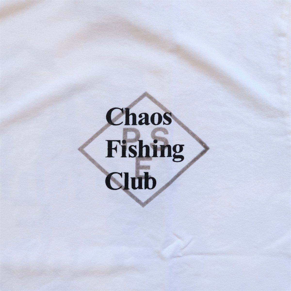 <img class='new_mark_img1' src='https://img.shop-pro.jp/img/new/icons3.gif' style='border:none;display:inline;margin:0px;padding:0px;width:auto;' />PSEUDOS × CHAOS FISHING CLUB / シュードス /  Tシャツ PRINTED PAPER T-SHIRT SS 【WHITE】