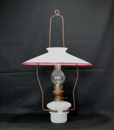 赤縁ガラスシェードのオイルランプ