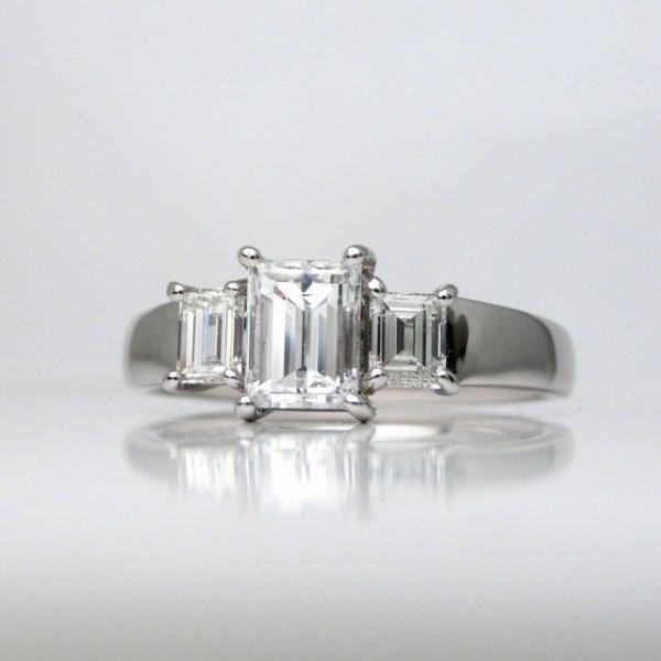 バゲットカットダイヤモンドリング D 0.628ct E-VS2 D 0.40ct Pt900 中央宝石研究所鑑定書付 BOUTIQUE LINE