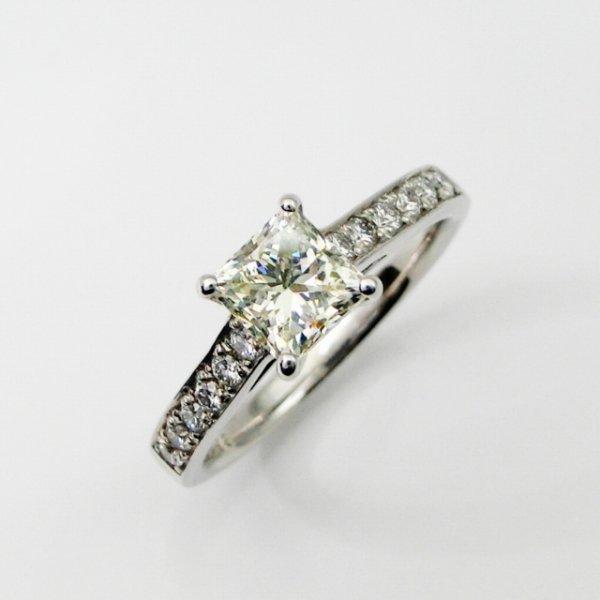 プリンセスカットダイヤモンドリング D 1.013ct M-SI2 D 0.19ct Pt900 中央宝石研究所鑑定書付