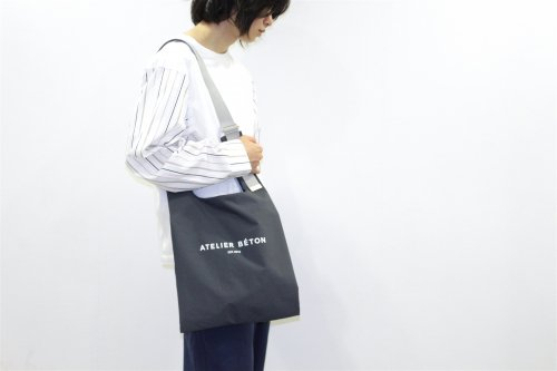 <img class='new_mark_img1' src='https://img.shop-pro.jp/img/new/icons47.gif' style='border:none;display:inline;margin:0px;padding:0px;width:auto;' />ATELIER BÉTON / SHOULDER MARKET BAG(CHARCOAL)