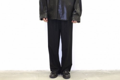 <img class='new_mark_img1' src='https://img.shop-pro.jp/img/new/icons47.gif' style='border:none;display:inline;margin:0px;padding:0px;width:auto;' />THEE / oversize tuck pants.(BLACK)