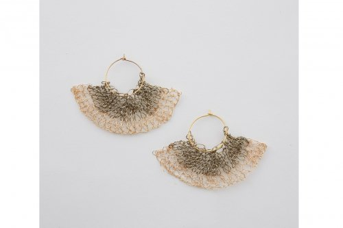 <img class='new_mark_img1' src='https://img.shop-pro.jp/img/new/icons2.gif' style='border:none;display:inline;margin:0px;padding:0px;width:auto;' />TAN / SENSU MOTIF KNITTED EARRING(GOLD)