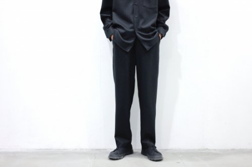 <img class='new_mark_img1' src='https://img.shop-pro.jp/img/new/icons2.gif' style='border:none;display:inline;margin:0px;padding:0px;width:auto;' />THEE / wool twill 1tuck tapered pants(BLACK)