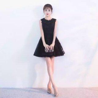 ネックラインのデザインがフェミニンなキャバドレス