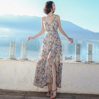 透け感のあるスカートとスリットがセクシーなロングワンピース