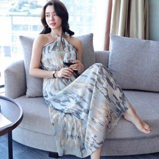 シックなデザインとホルターネックがエレガントなナイトドレス