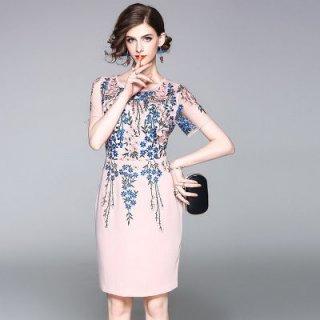 透け感のある首周りと花柄がフェミニンなキャバドレス