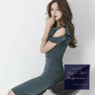 ボリューミーな袖のフリルとネックデザインが魅力的なボディコンドレス