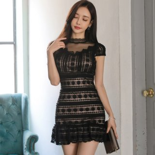 刺繍レースのネックラインが魅力的な裾フリルのセクシードレス