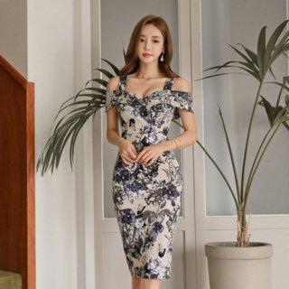 オフショル風デザインからの肌魅せがフェミニンな花柄タイトドレス