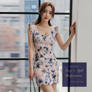 袖のフリル&裾デザインがキュートな花柄タイトワンピース