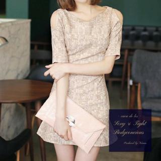 チューリップスカートのシルエットがキュートな肩魅せタイトドレス