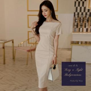 デコルテ魅せがフェミニンなベージュのカジュアルタイトドレス