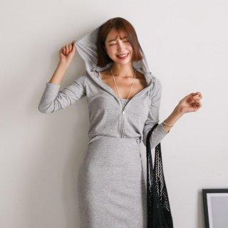 伸縮性のある生地が着心地のいいワンカラーのスカートセットアップ