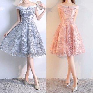 ツヤのある生地感がエレガントなオフショルダーのAラインタイトドレス