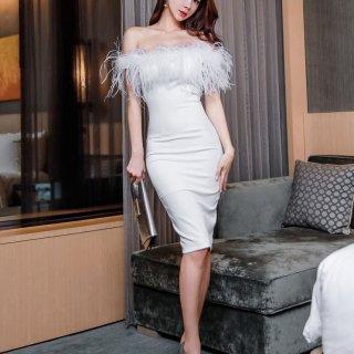 ボリューミーなファーがゴージャスな印象のボディコンキャバドレス