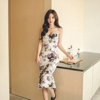 エレガントな大判花柄が目を惹くマーメイドラインのベアトップタイトドレス