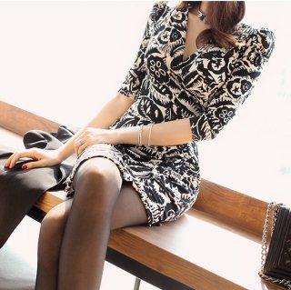モノトーンのボタニカル柄がエレガントな袖ありタイトキャバドレス